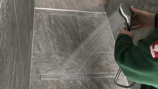 Hausabnahme im Bad mit ebenerdiger Dusche