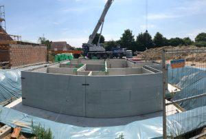 Ein Keller in einem Wohnviertel der im Moment gebaut wird.