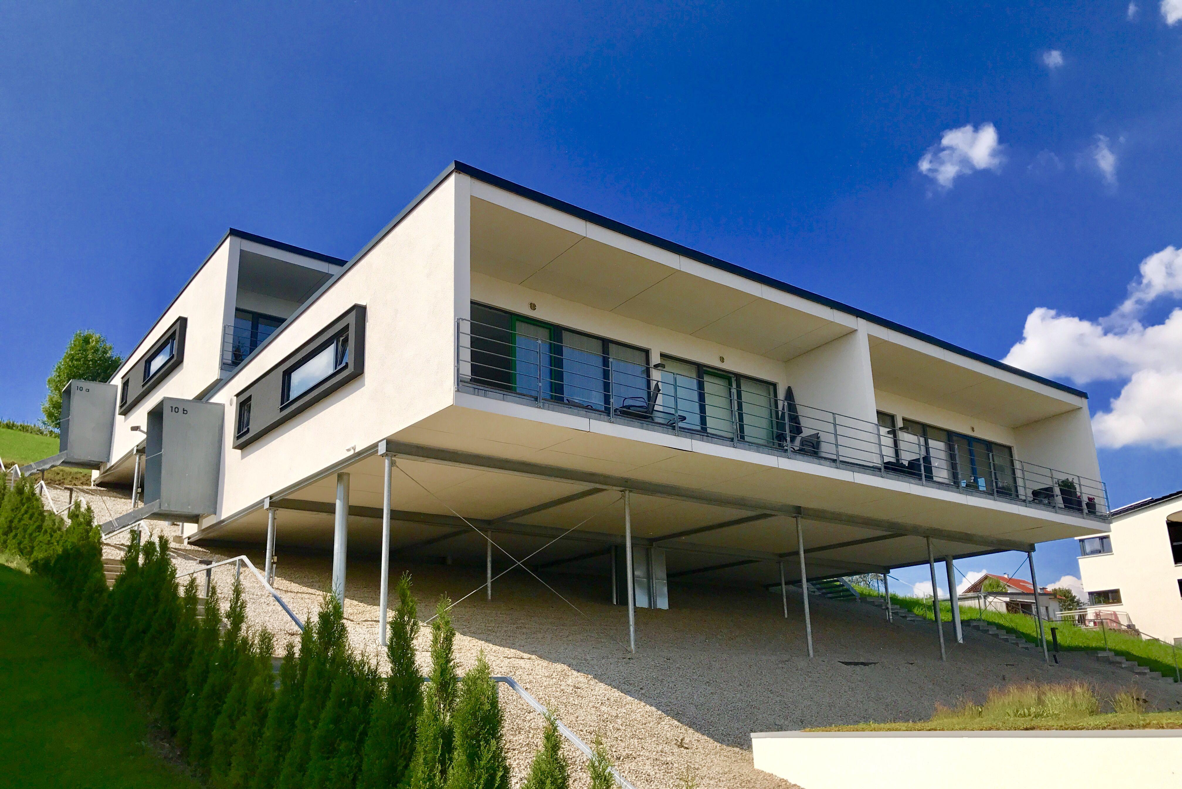 Ein modernes Haus in Hanglage