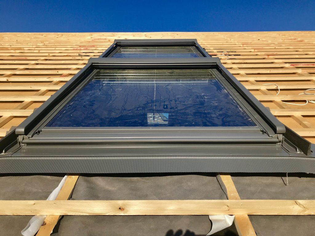 Ein Dachflächenfenster von Roto oder velux auf einem Fertighaus-Dach