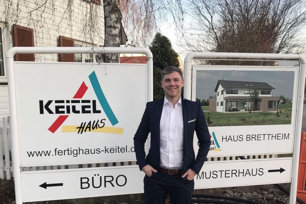 Tobias Beuler vor der Keitel Haus Geschäftsstelle