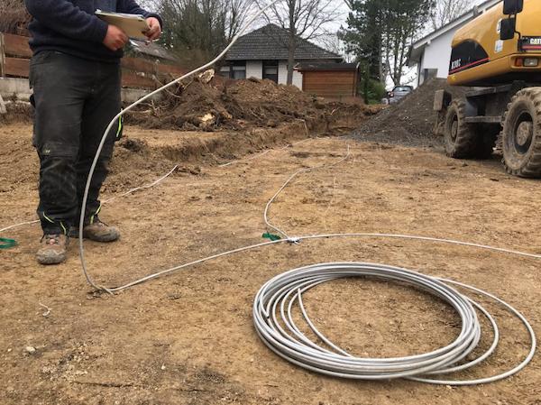 Ein Kabel wird verlegt auf einer Baustelle