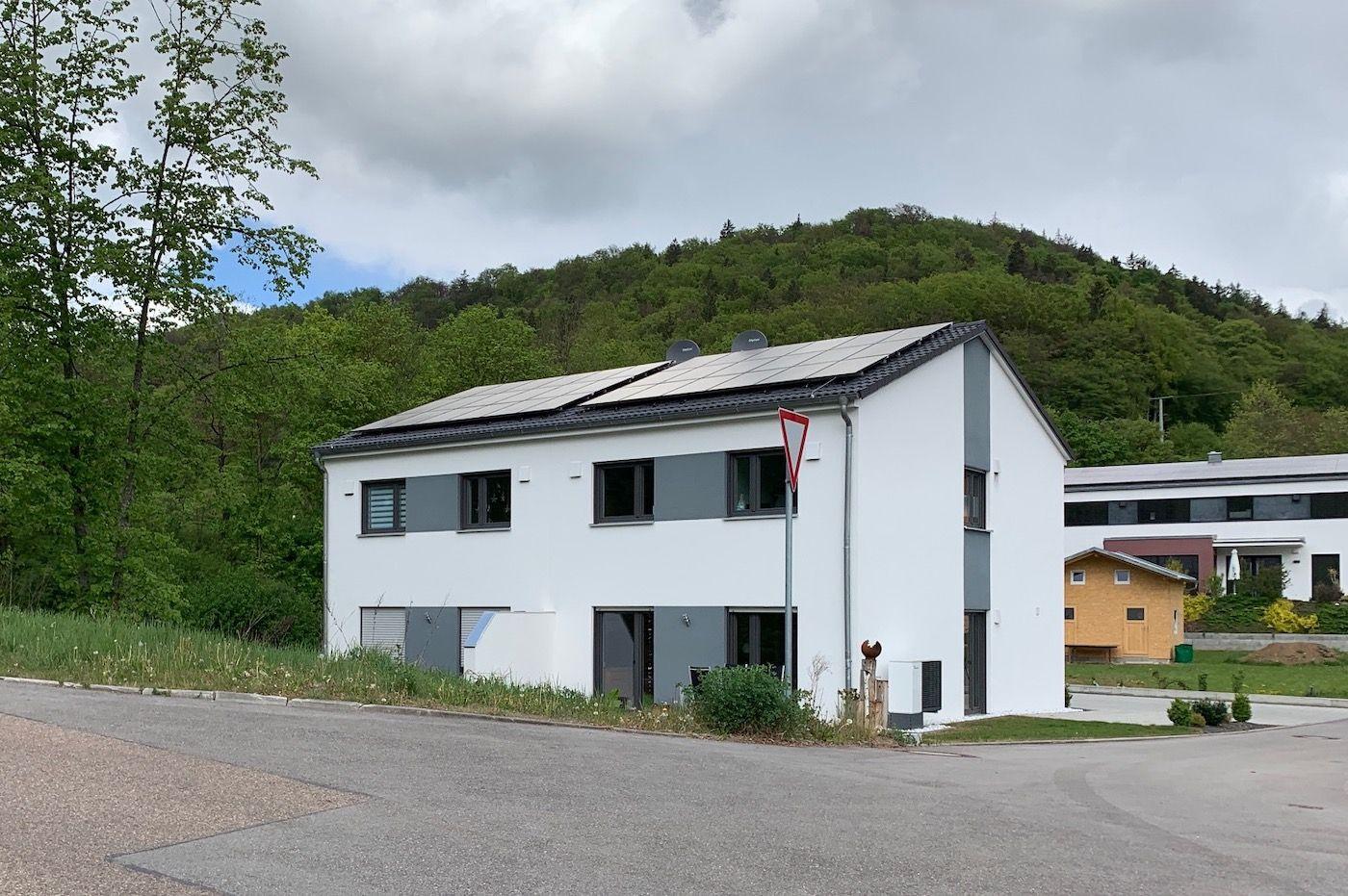 Neues Haus mit Ausblick auf den Wald