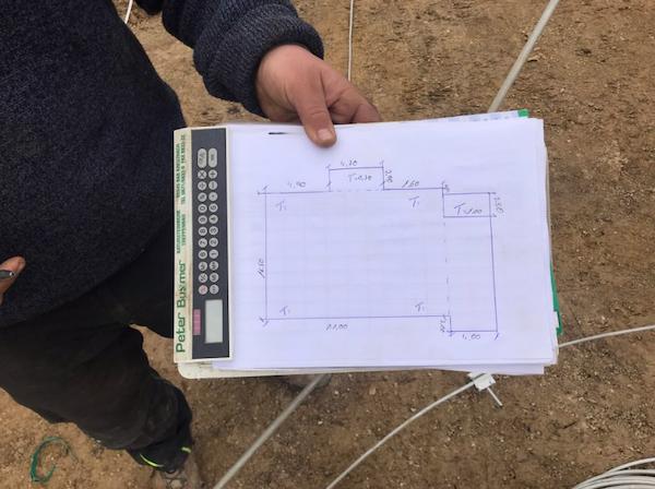 Ein Zeichenplatte mit Bauplan für ein Haus