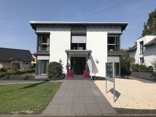 Ein weißes Haus mit Flachdach