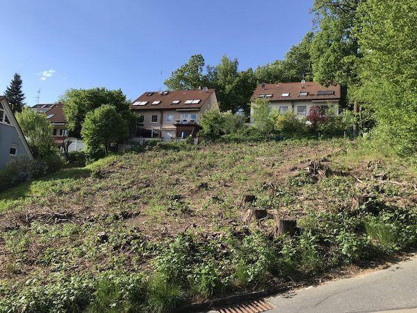 Ein freies Feld hinter dem zwei Häuser stehen