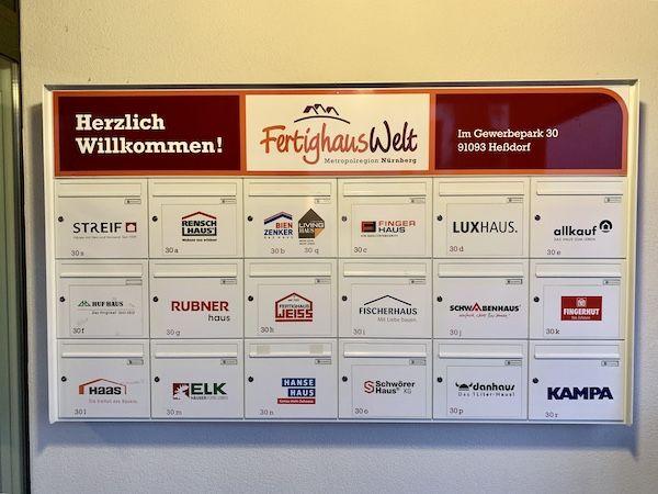Mehrer Firmenlogos an einer Wand