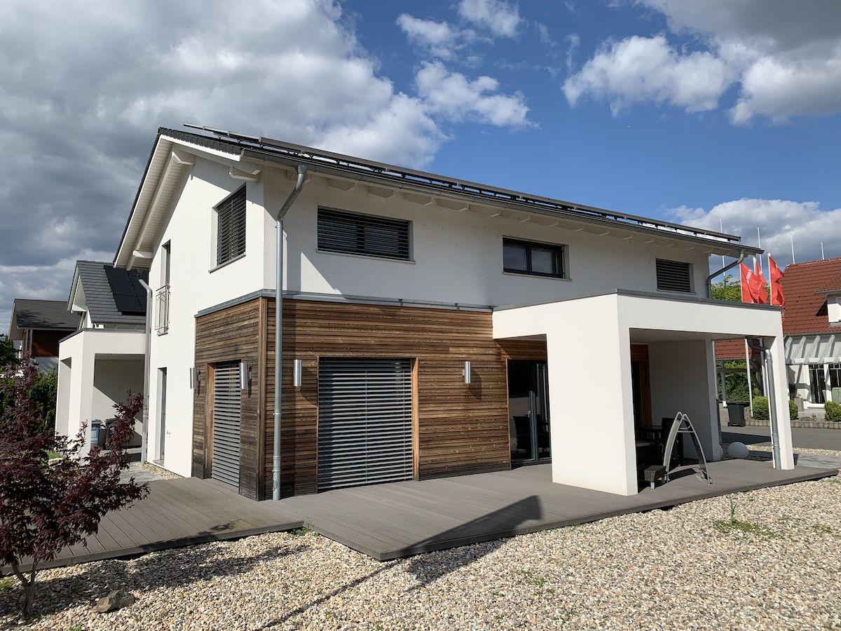 Ein modernes Haus mit Garage