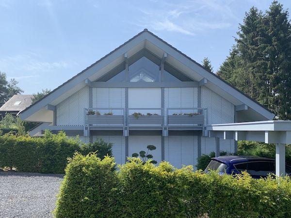 Haus mit sehr schönem Dach