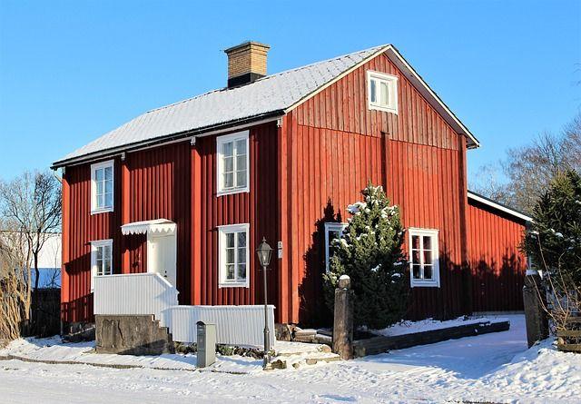 Ein Holzhaus im Schnee