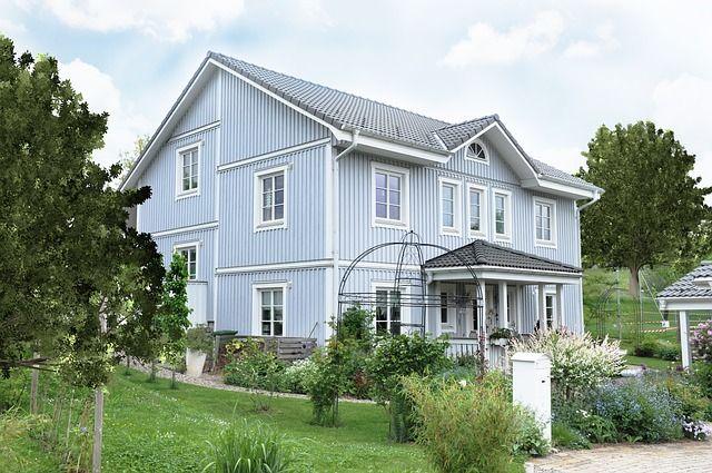 Ein Holzhaus in blau