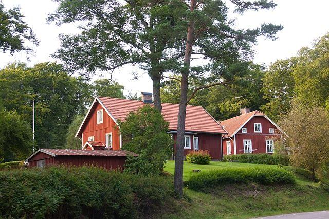 Mehrere rote Holzhäuser