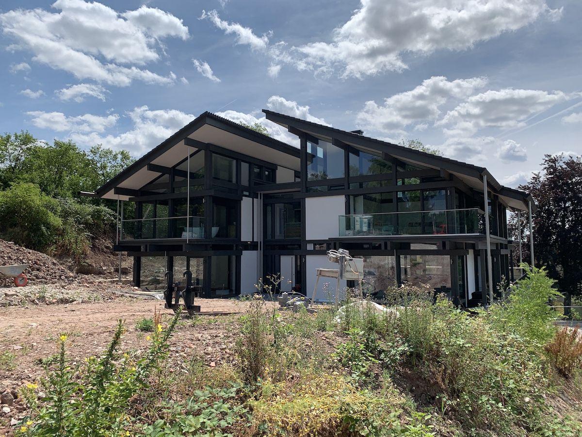 Ein großes Haus mit Glasfront