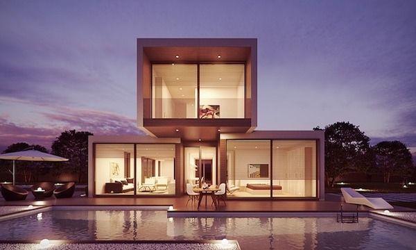 Ein Haus mit einer großen Glasfront