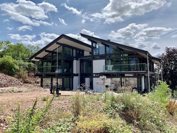 Ein schönes Haus mit Glasfront