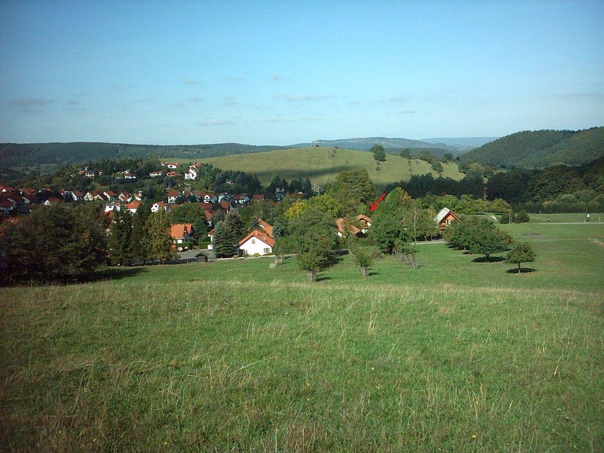 Blick von einem Berg auf ein kleines Dorf
