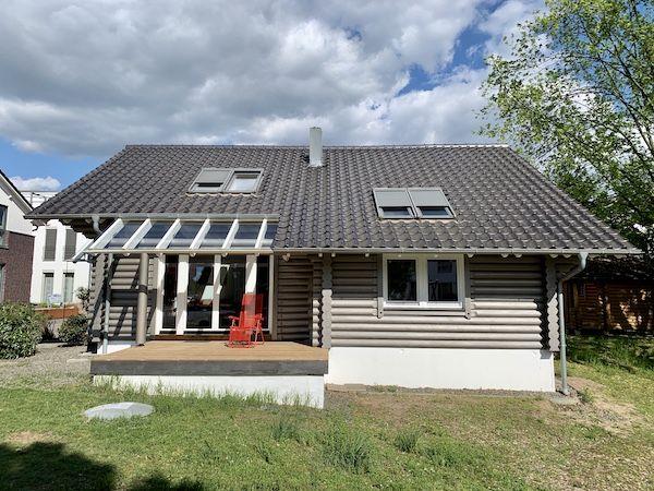 Ein Holzhaus mit Schrägdach