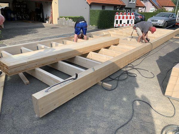 Zwei Männer bauen ein Dach
