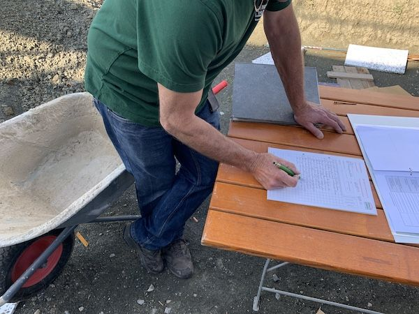 Mann unterzeichnet Papiere