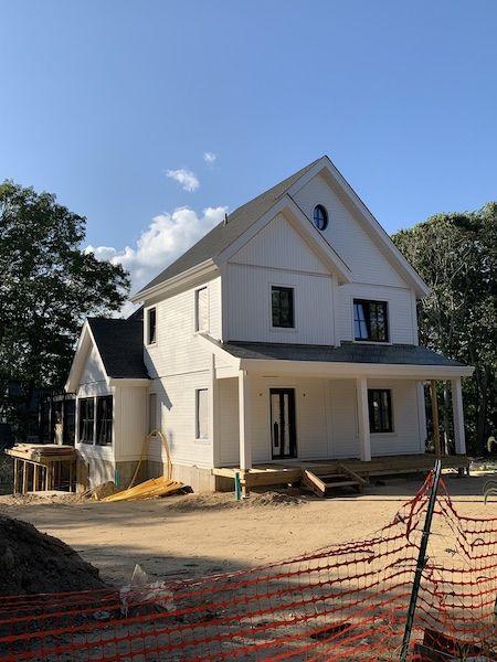 Ein weißes Haus in klassisch amerikanischer Bauweise