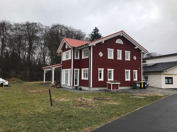 rotes Landhausstil-Haus