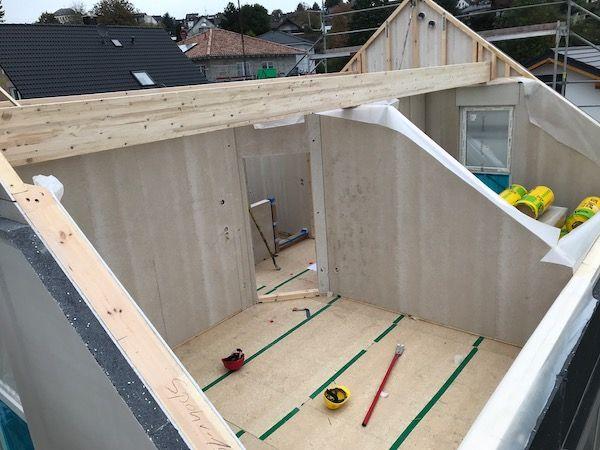 Ein Hausdach wird gebaut