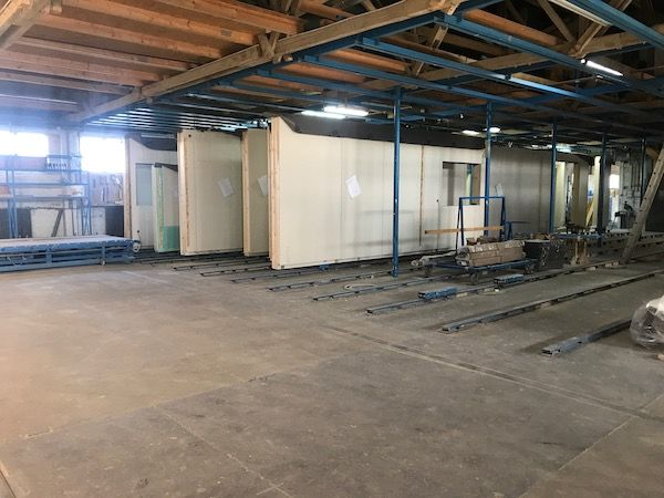 Eine große Lagerhalle