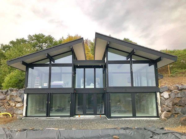Ein großes Haus mit einem Pultdach