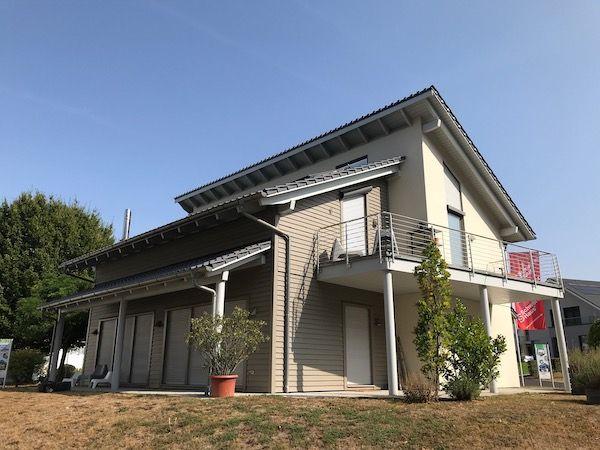 Ein Haus mit einem schrägen Dach