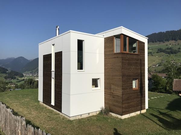 Ein Kubushaus an einem Berg