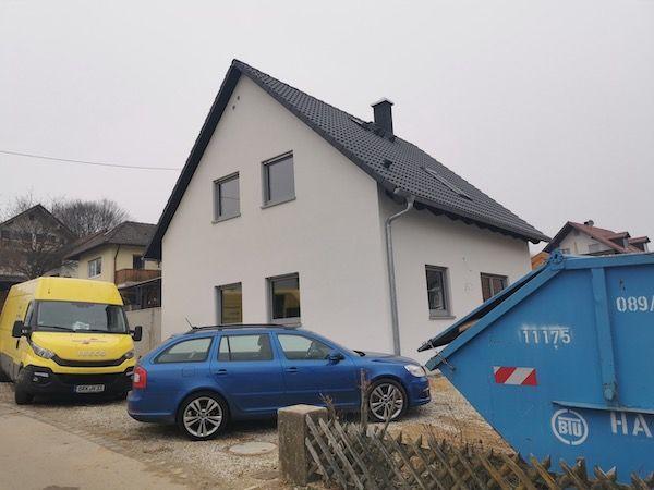 Ein blauer Kombi steht vor einem weißen Haus von Streif