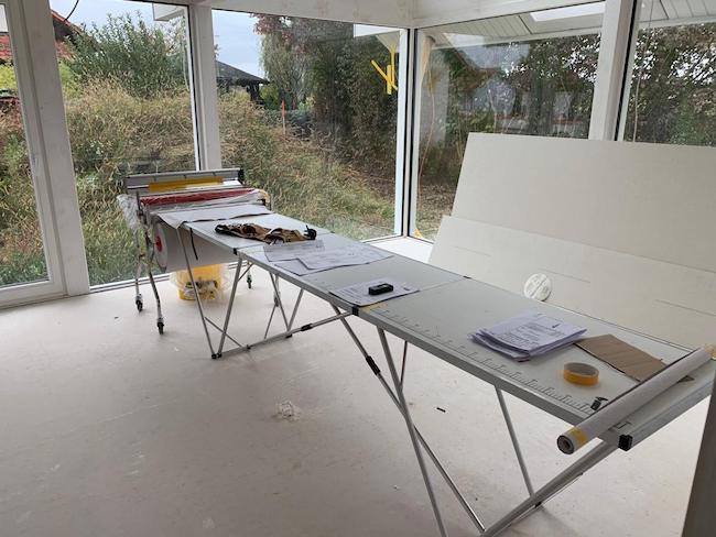 Ein Tisch in einer Baustelle