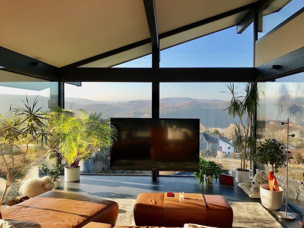 Ein Wohnzimmer mit Ausblick auf den Garten