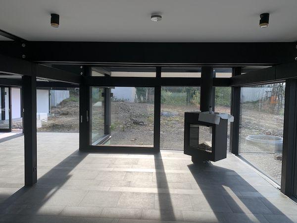 Großer offener Raum mit vielen Fenstern