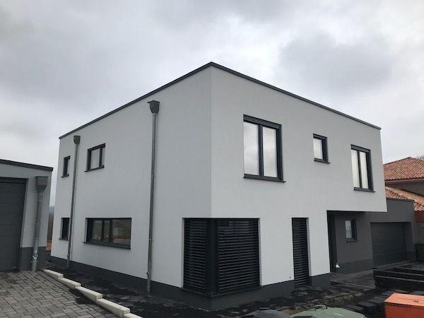 Ein schmales Haus in weiß