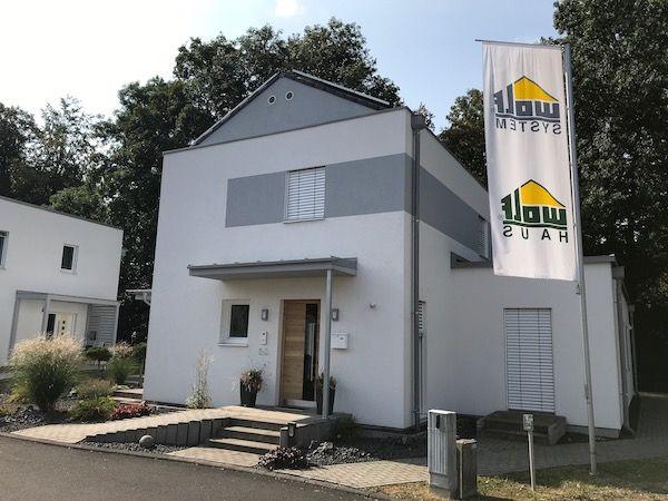 Eine schmales Haus der Firma Wolf