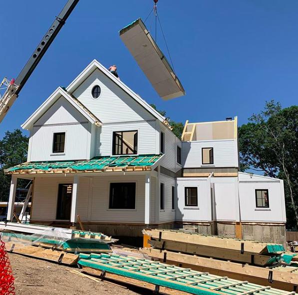 Hausaufbau eines Architektenhauses mit Kran