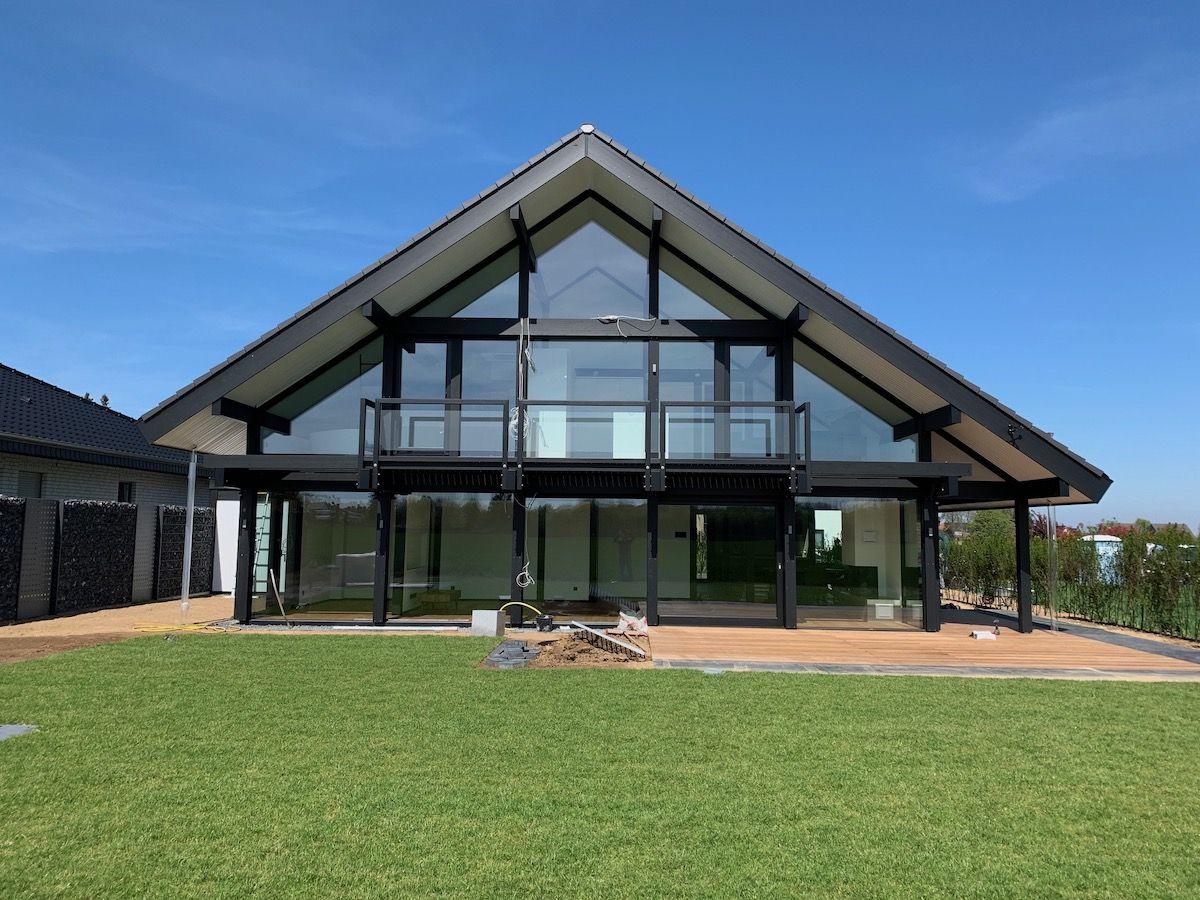 Ein großes Fachwerkhaus mit großem Garten