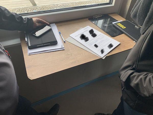 Ein Tisch an dem ein Bauablaufplan besprochen wird