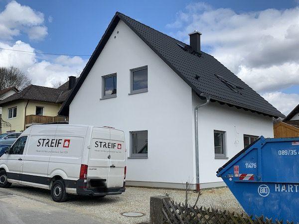 Ein Streif Haus Auto vor einem Haus