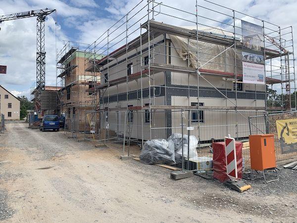 Eine Baustelle in einem Neubaugebiet