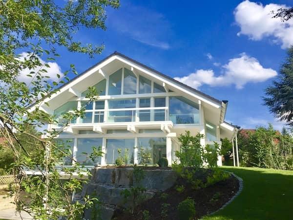 Ein Fachwerkhaus mit viel Glas
