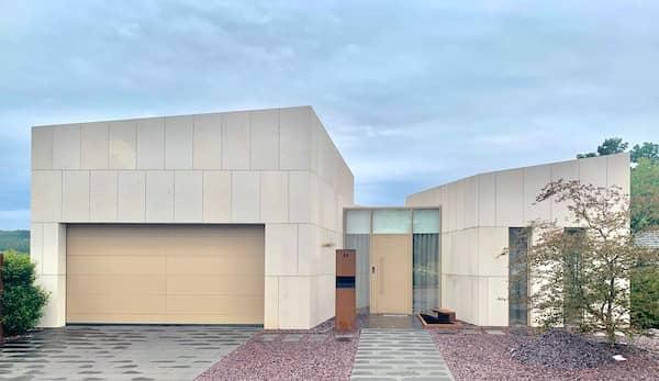 Sandfarbenes Architektenhaus