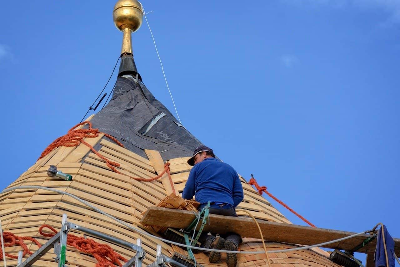 Mann arbeitet auf dem Dach