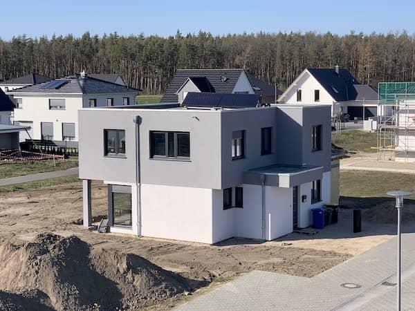 Ein Haus mit Flachdach