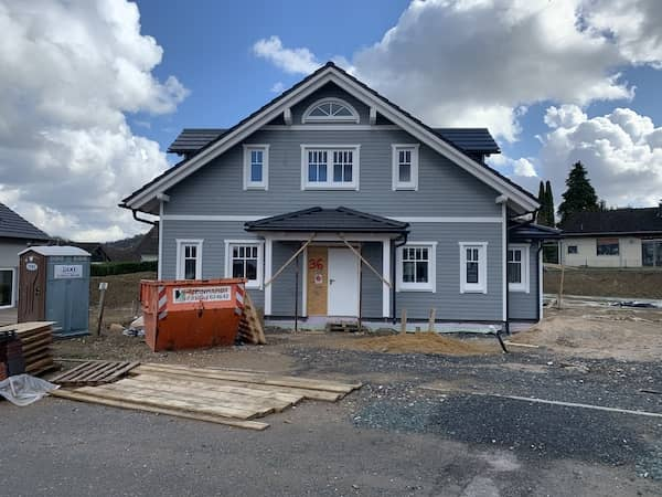 Eine graues Holzhaus
