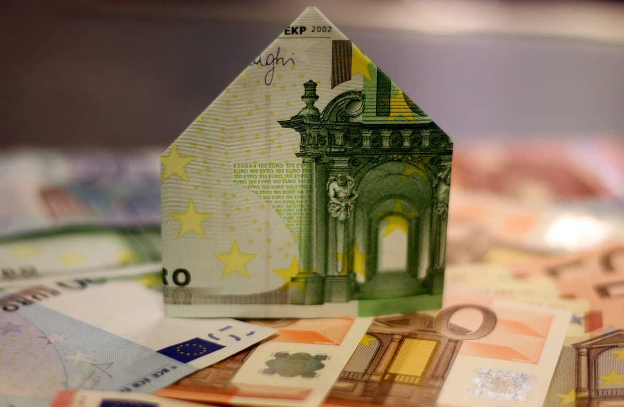 Ein Haus gefaltet aus einem 100 Euroschein