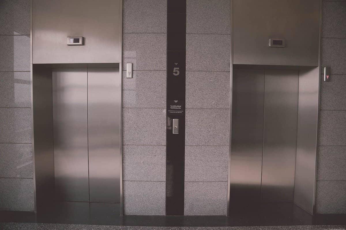 Zwei Aufzüge