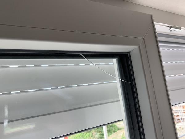 Ein Fenster mit einem Sprung