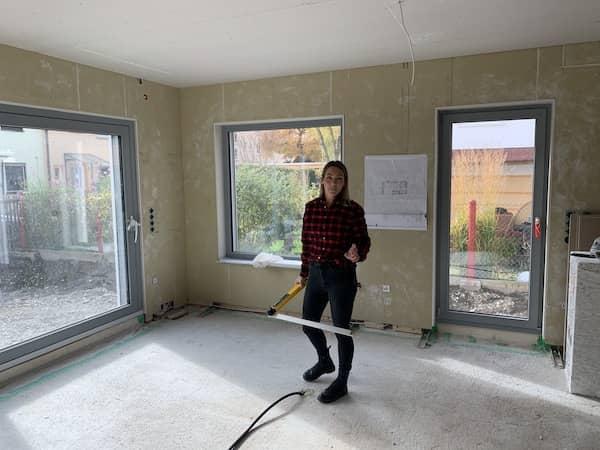 Eine Architektin in einem Neubau